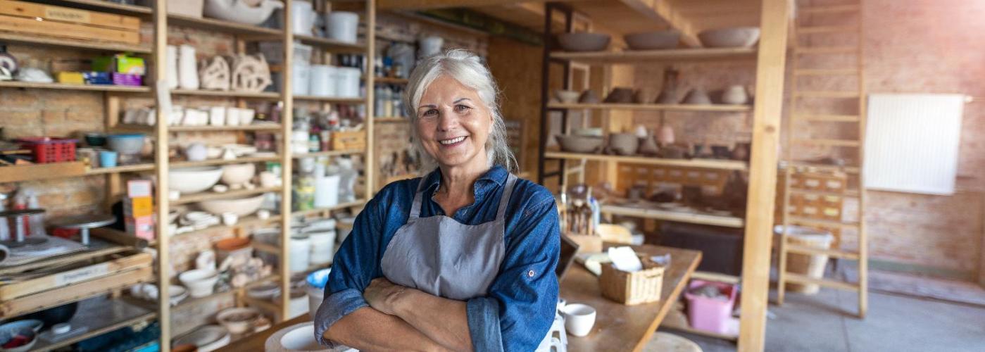 Una mujer de mediana edad sonriente con su negocio propio