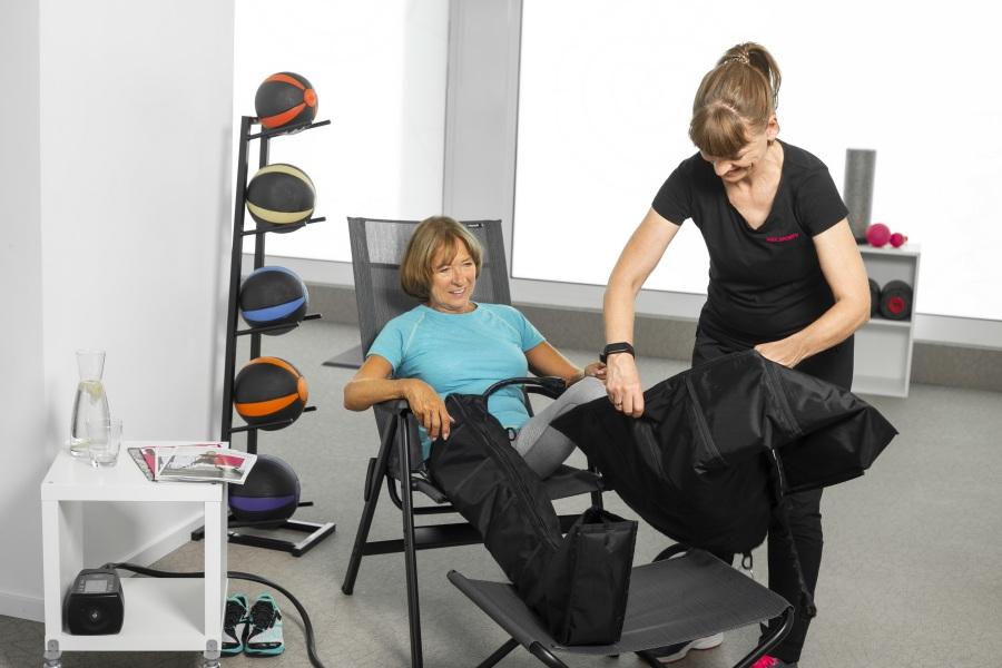 67-jährige Gesine H. genießt nach ihrem Training dynamische Lymphmassage im Fitnessstudio