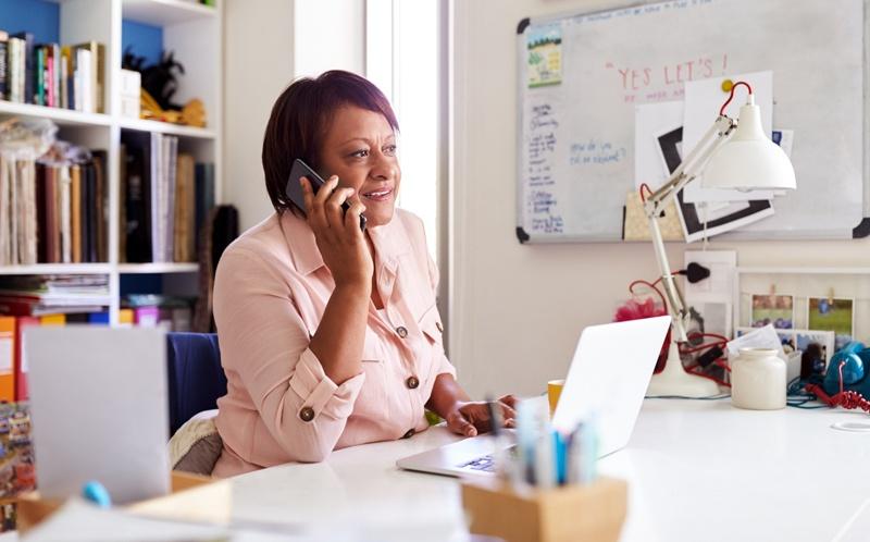 Mujer trabajando online