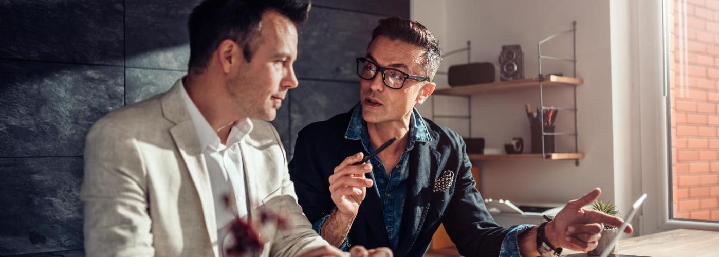 Dos hombre hablando sobre en una reunión de negocios